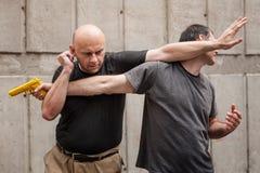 L'arme à feu désarment Techniques d'autodéfense contre un point d'arme à feu Photos libres de droits