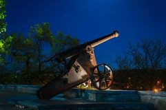 L'arme à feu de nuit regarde le ciel photographie stock