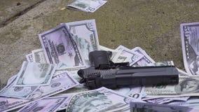 L'arme à feu tombe sur l'argent banque de vidéos