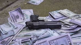 L'arme à feu tombe sur l'argent clips vidéos
