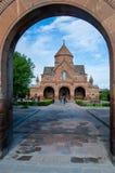 L'Armenia - Etchmiadzin Vagharshapat - chiesa del VII secolo del san Gayane presa attraverso l'arco del recinto della chiesa fotografia stock