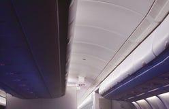 L'armoire aérienne pour garder la substance de passager sur le dessus de toit et la sortie signent dans la cabine plate commercia photographie stock libre de droits