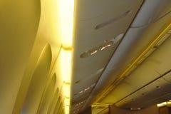L'armoire aérienne pour garder la substance de passager sur le dessus de toit et la sortie signent dans la cabine plate image stock