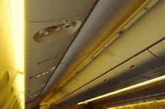 L'armoire aérienne pour garder la substance de passager sur le dessus de toit et la sortie signent dans la cabine plate commercia images libres de droits