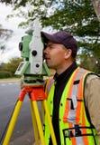 L'arpenteur contrôle son travail Photographie stock