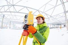 L'arpenteur travaille avec le théodolite photographie stock