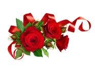 L'arrabgement faisant le coin avec la rose de rouge fleurit et le ruban en soie photographie stock libre de droits