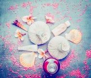 L'arrangement de bien-être avec les timbres, la coquille et le Frangipani de massage fleurit Photographie stock libre de droits