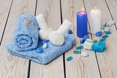 L'arrangement de massage de station thermale avec la compresse de fines herbes thaïlandaise emboutit. Photo stock
