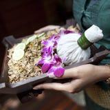 L'arrangement de massage de station thermale avec la compresse de fines herbes thaïlandaise emboutit sur la femme ha Photographie stock libre de droits