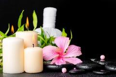 L'arrangement de station thermale de la ketmie fleurissent, bambou de brindille, compres de fines herbes thaïlandais Image libre de droits