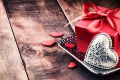 L'arrangement de Valentine avec la décoration de présent et de coeur Photographie stock