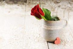 L'arrangement de Valentine avec la rose de rouge et le coeur décoratif Photo stock