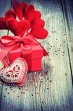 L'arrangement de Valentine avec le boîte-cadeau et les décorations rouges de coeurs Photos stock