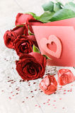 L'arrangement de Valentine avec le bouquet des roses rouges Photo libre de droits