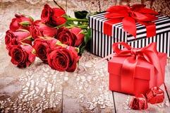 L'arrangement de Valentine avec le bouquet des roses rouges et des présents Photographie stock libre de droits