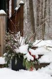 L'arrangment naturel extérieur de Noël sur une neige a couvert le porche Photos libres de droits