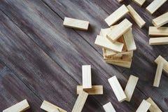 L'arresto delle particelle elementari di legno si eleva sui wi di legno scuri del fondo immagini stock