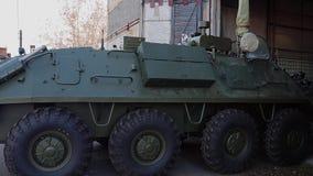 L'arrière de véhicule de combat d'infanterie quitte le hangar Équipement militaire clips vidéos