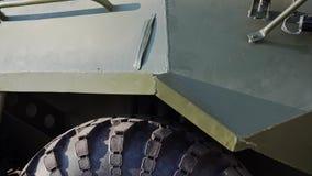 L'arrière de véhicule de combat d'infanterie quitte le hangar Plan rapproché des roues banque de vidéos