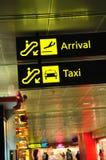 L'arrivée et le taxi signe dedans l'aéroport Photographie stock libre de droits