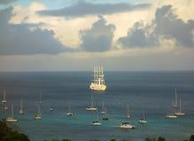 L'arrivée windstar de bateau de navigation à un port dans les Caraïbe images libres de droits