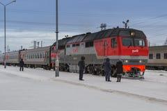 L'arrivo del treno nell'inverno fotografia stock