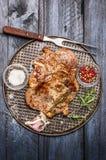 L'arrosto di maiale con aglio, il sale e la salsa rossa sul rusticwith del vassoio di cottura del ferro si biforcano su fondo rus fotografie stock libere da diritti