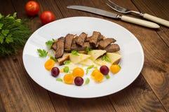 L'arrosto di manzo affettato su pane tostato, il formaggio, il basilico, le bacche, la prugna e l'olandese sauce Rifornimento del Fotografia Stock