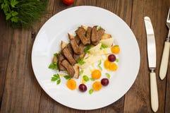 L'arrosto di manzo affettato su pane tostato, il formaggio, il basilico, le bacche, la prugna e l'olandese sauce Rifornimento del Immagini Stock Libere da Diritti