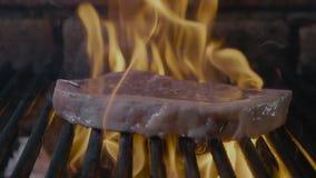 L'arrosto raro principale invecchiato controfiletto ha isolato grigliare il raccordo della carne di maiale con le bande stock footage