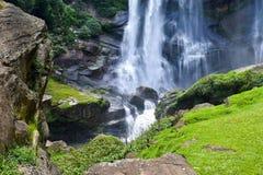 L'art de l'écoulement d'eau sur une cascade photo libre de droits
