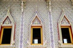 L'art de borken la mosaïque intérieure et la décorent au temple de Banglamung Image libre de droits