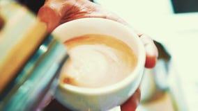 L'art de Latte, barman font le latte chaud banque de vidéos