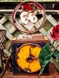 L'art en acier d'une horloge et 66 ont trouvé à l'extérieur d'un bâtiment Photographie stock libre de droits