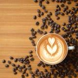 L'art et le moka de latte de café sur le vieux fond en bois ajustent le fram photo stock