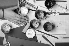 L'art fournit près de la main femelle sur le fond en bois blanc de bureau, vue supérieure Concept d'art et d'idée La main tient l images libres de droits
