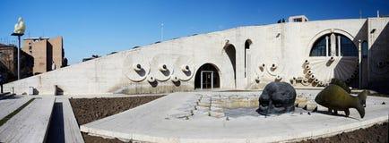 L'art moderne objecte le crâne et les poissons à Erevan cascadent, escalier géant, Arménie Photo stock