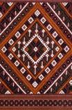 L'art thaï élégant sur les tissus tissés sur métiers à main Photo stock