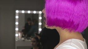 L'arte della ragazza di trucco con capelli rosa video d archivio