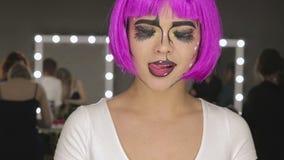 L'arte della ragazza di trucco con capelli rosa stock footage