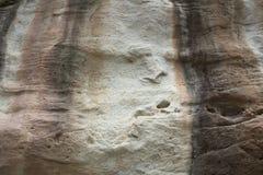 L'arte della roccia include sia l'umanoide che l'animale dipende le scogliere al parco nazionale di Pha Taem in Ubon Ratchathani, fotografia stock libera da diritti