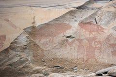 L'arte della roccia include sia l'umanoide che l'animale dipende le scogliere al parco nazionale di Pha Taem in Ubon Ratchathani, immagine stock libera da diritti