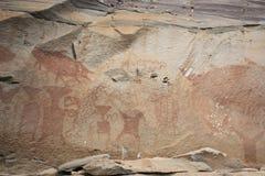 L'arte della roccia include sia l'umanoide che l'animale dipende le scogliere al parco nazionale di Pha Taem in Ubon Ratchathani, fotografia stock