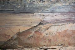 L'arte della roccia include sia l'umanoide che l'animale dipende le scogliere al parco nazionale di Pha Taem in Ubon Ratchathani, immagine stock