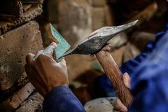 L'arte di fabbricazione dello zellige marocchino Fotografia Stock Libera da Diritti