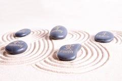 L'arte di zen con il turbine allinea in sabbia dorata Fotografia Stock Libera da Diritti
