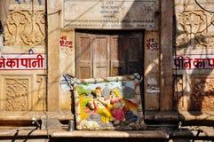 L'arte si siede al sole in Udaipur, India Immagini Stock