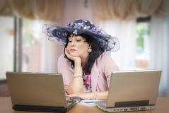L'artefice di matrimoni conosce tutti i segreti online della datazione Immagini Stock