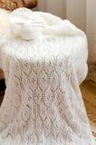 L'artigianato tessuto elegante tricotta il dettaglio bianco del primo piano del maglione, del saltatore o del cardigan Fotografia Stock